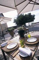 Terrasse eines Restaurants an der Cote d'Azur (Frankreich)