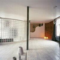 Geweisselter Dielenboden und Trennwand aus Glasbausteinen im offenen Loft