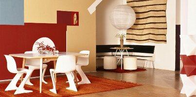 Tische und Stühle in Weiss vor künstlerischer, farbiger Wandgestaltung