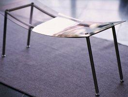 Ablagehocker aus Metallgestell mit gebogenem, durchsichtigem Acrylsitz