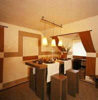 Essplatz mit gedecktem Tisch und Holzhockern vor Dachgaube mit braunen Schals
