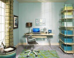 Büroraum in blauen Farbtönen mit Schreibtisch, Drehstuhl & Aufbewahrungsboxen in Metallregal
