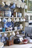 Küchenschrank mit nostalgischem Geschirr