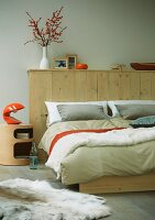 Double bed with wooden wall at head