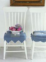 Hortensien in Schale auf einem Stuhl