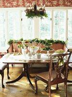 Weihnachtsdeko auf Tisch und Sofa im Wohnzimmer