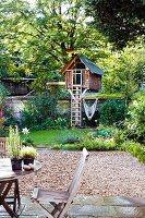 Garten mit Terrasse & Baumhäuschen