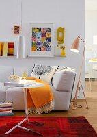 Wohnzimmer mit Sofa, Stehlampe, Beistelltisch & Hängeleuchte