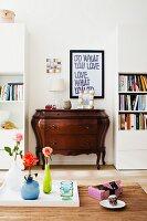 Moderner Wohnraum mit Kommode im Barockstil