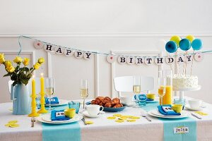 A festively decorated table for a 40th birthday party