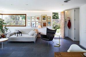 Indirekte Beleuchtung und Schieferfliesen in modernem Wohnzimmer mit ...
