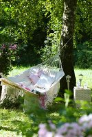 Hängematte mit Dekokissen im Garten