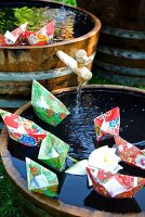 Papierschiffchen in Miniteichen