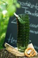 Gestapelte Gläser und Brezel im Garten