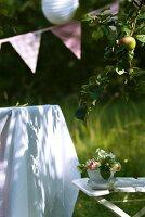 Kleine Blumenschale auf Gartenstuhl