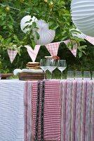 Gedeckter Tisch für ein Gartenfest
