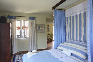 Bedroom with double bed in blue and white, the traditional colours of Greece (Villa Octavius, Lefkas, Greece)