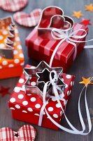 Geschenkkartons mit Satinbändern und Plätzchenausstechern