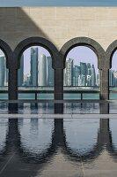 Blick durch Rundbogen-Ausschnitten auf die Skylines von Doha