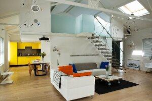 Überecksofa im Zentrum eines offenen Dachlofts mit Haus-im-Haus für Galerieebene mit Schlafräumen