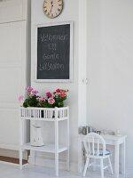 Eingangsbereich mit Blumentisch & Willkommensgruss auf Schiefertafel