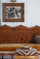 Gepolsterter Hocker mit Bezug in Zebralook vor Vintage Sitzbank