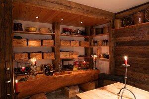 Baumstamm mit rustikalem Spülbecken vor Regal mit Weinkisten im Kellerraum