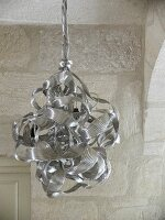 Pendant lamp with lampshade made from knotted aluminium ribbons