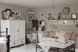 Nostalgisch eingerichtetes Wohnzimmer mit Erbstücken und Flohmarktartikeln