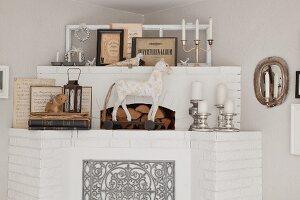 Gemauerter und geweisselter Kaminsims aus Ziegel, dekoriert mit Tierfiguren und Silber Kerzenhalter in Zimmerecke