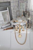 Vintage Badewannenarmatur goldfarben und Vintage Glasflakons