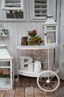 Weiss lackierter Vintage Teewagen mit Laterne, Blumentopf und weissen Krügen