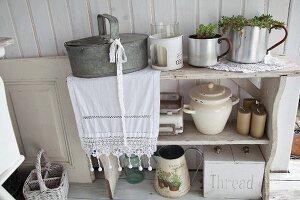 Vintage Regal mit Küchenutensilien, seitlich verzinkter Behälter auf Spitzenläufer