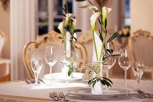 Festlicher Tischgedeck mit Calla und Oleander dekoriert