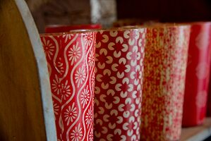 Vasen in Reihe mit rot-weissem Retro Muster