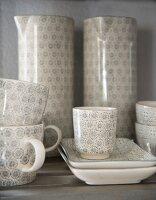 Tassen und Kannen mit hellgrauem Retro Muster
