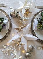Selbstgebastelte Papiersterne als weihnachtliche Tischdekoration