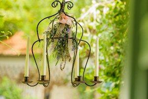 Hängender Kerzenleuchter mit Kräuterstrauss