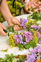 Blumen und Kräuter zum Kranz binden