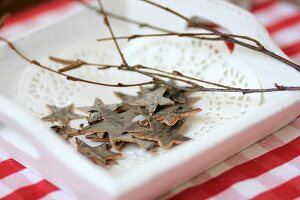 Star decorations made from bark on wooden tray