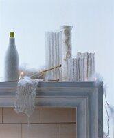 Vasen dekoriert mit gestrickten weissen Hussen