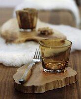 Holztisch winterlich dekoriert mit weissen Schaffellen und rustikalen Baumscheiben