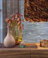 Hängeleuchte mit Lampenschirm aus braunen Federn