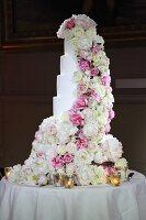Mehrstöckige Hochzeitstorte mit romantischer Rosendeko