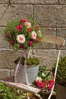Kräuterbäumchen mit Rosmarin und Rosen
