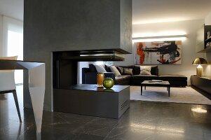 Dunkelgrauer moderner Gaskamin in elegantem Wohnraum