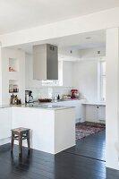 Offene weiße Küche mit Theke, Edelstahl Dunstabzug