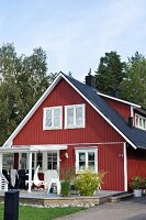 Falu-red Swedish house with terrace in summer garden
