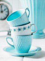 Gestapelte blaue und weisse Tassen