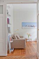 Blick ins Wohnzimmer mit Lehnregal und Dielenboden